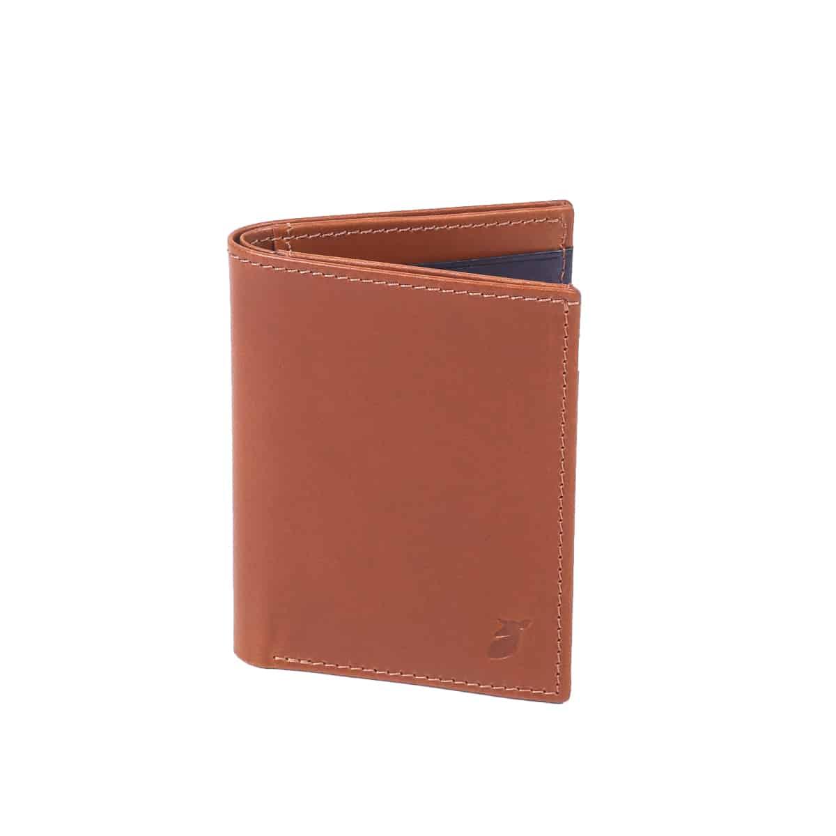 A mi-chemin entre le porte-cartes et le portefeuille, ce format Livret sera l'écrin idéal pour vos essentiels.